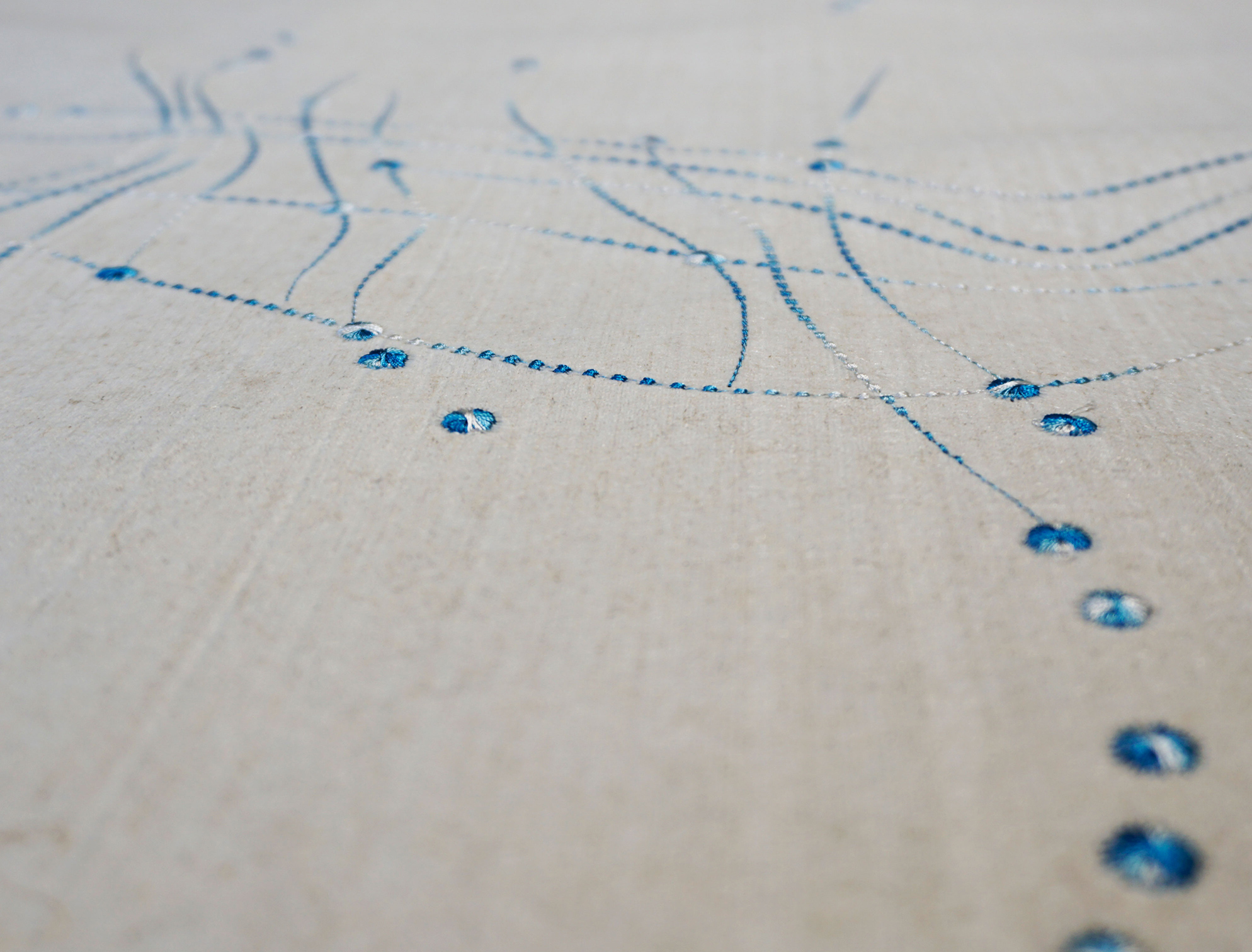 """Flax Wallpaper embroidered """"dots"""", blue"""