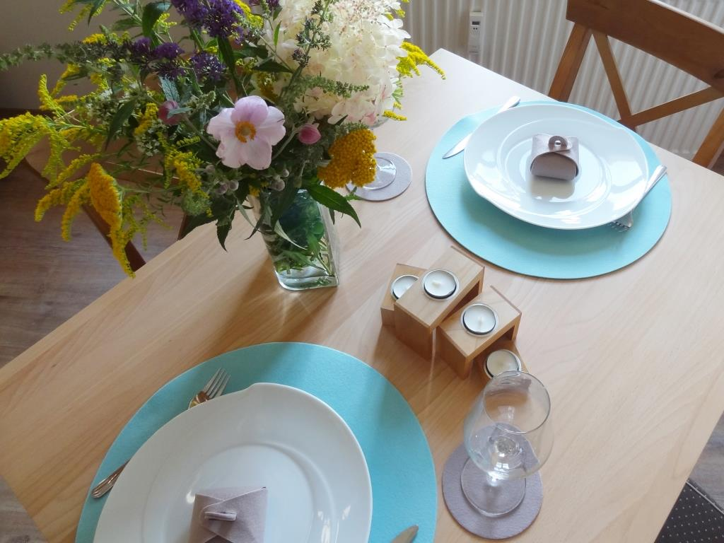 Placemats round in a set of 4 with matching round glass coasters, ice blue